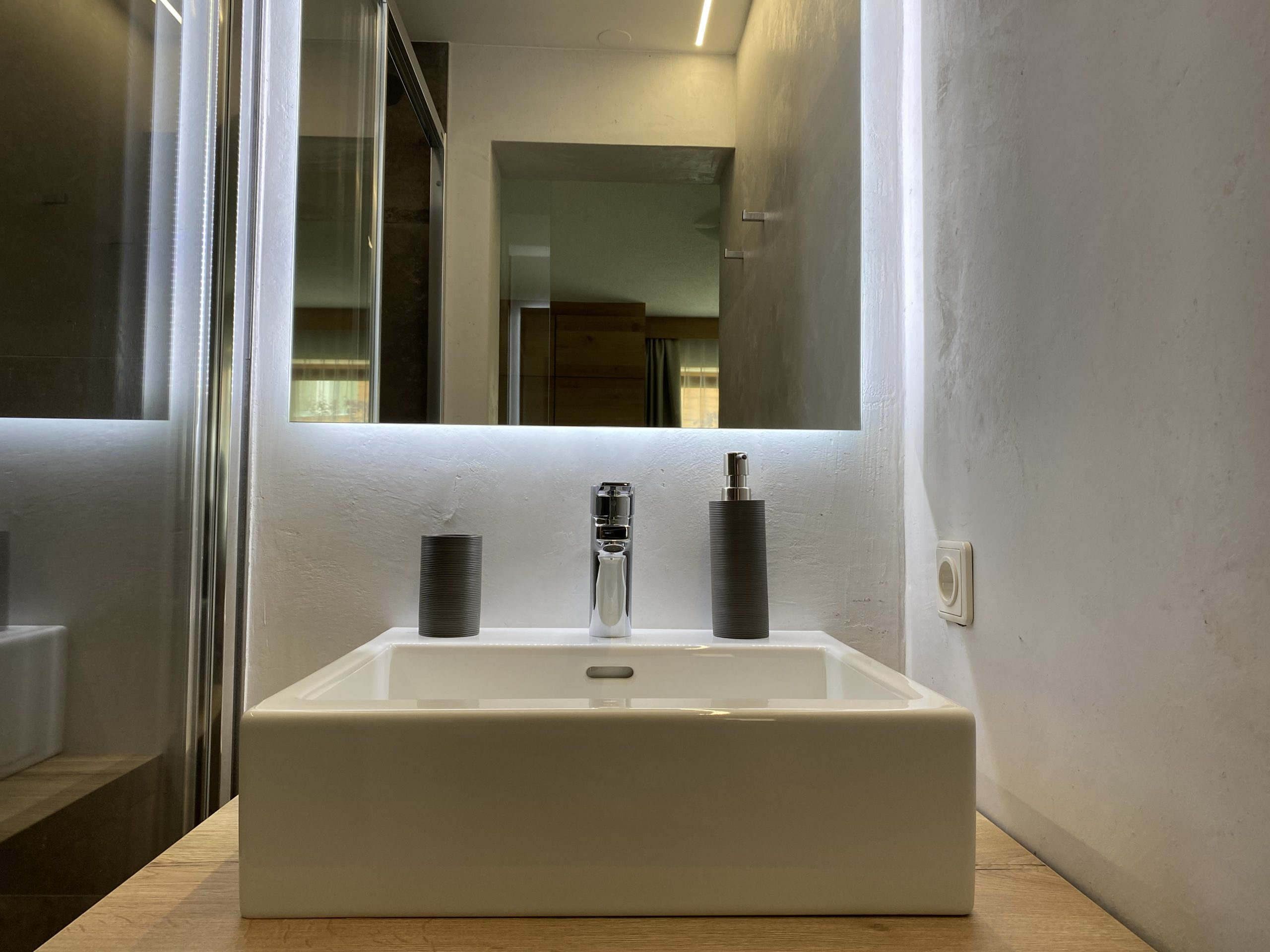 Apartment 3, bathroom 1