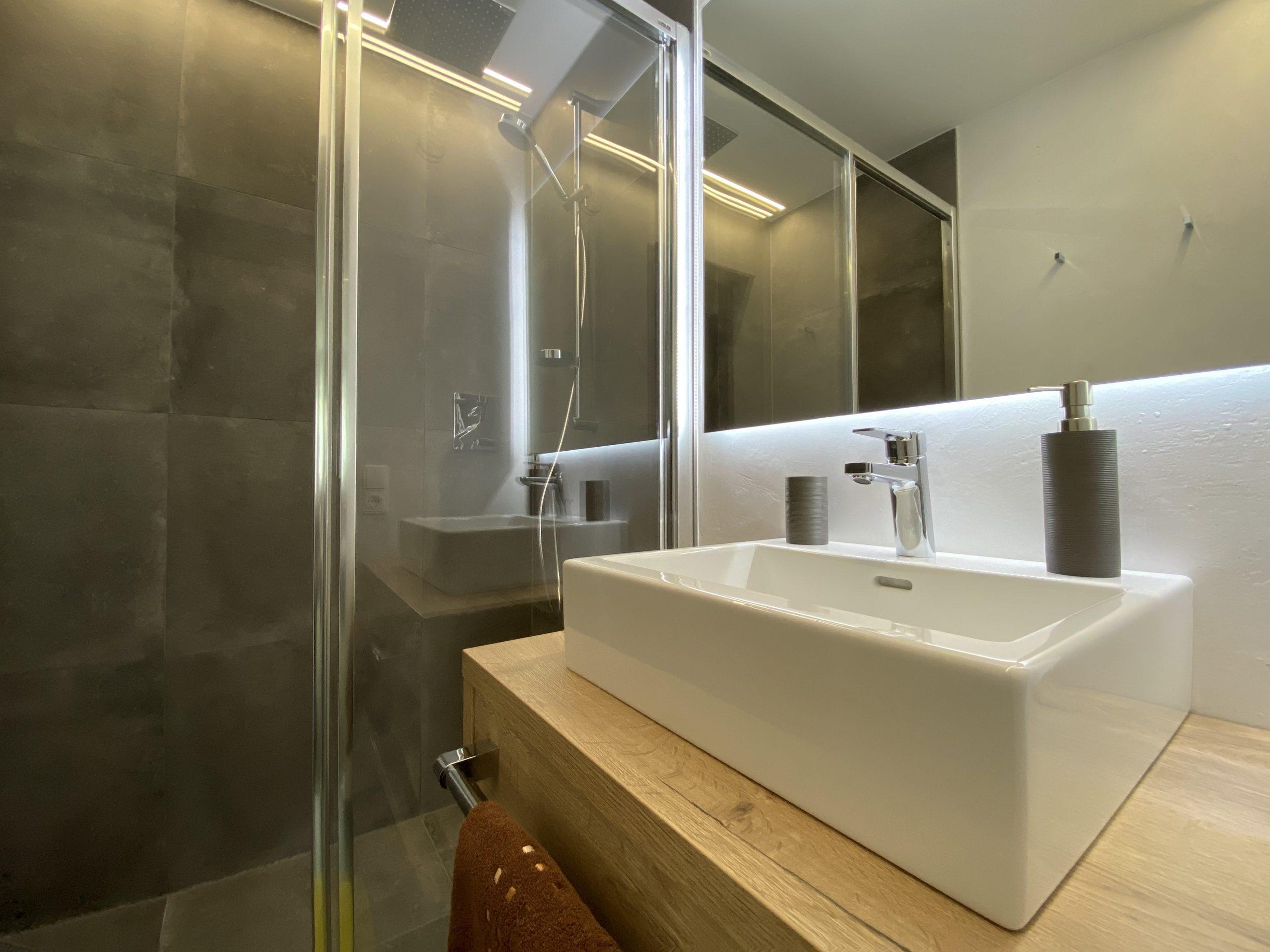 Apartment 3, bathroom 2